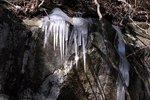 2010-02-21ルートの上にある岩に出来たつらら